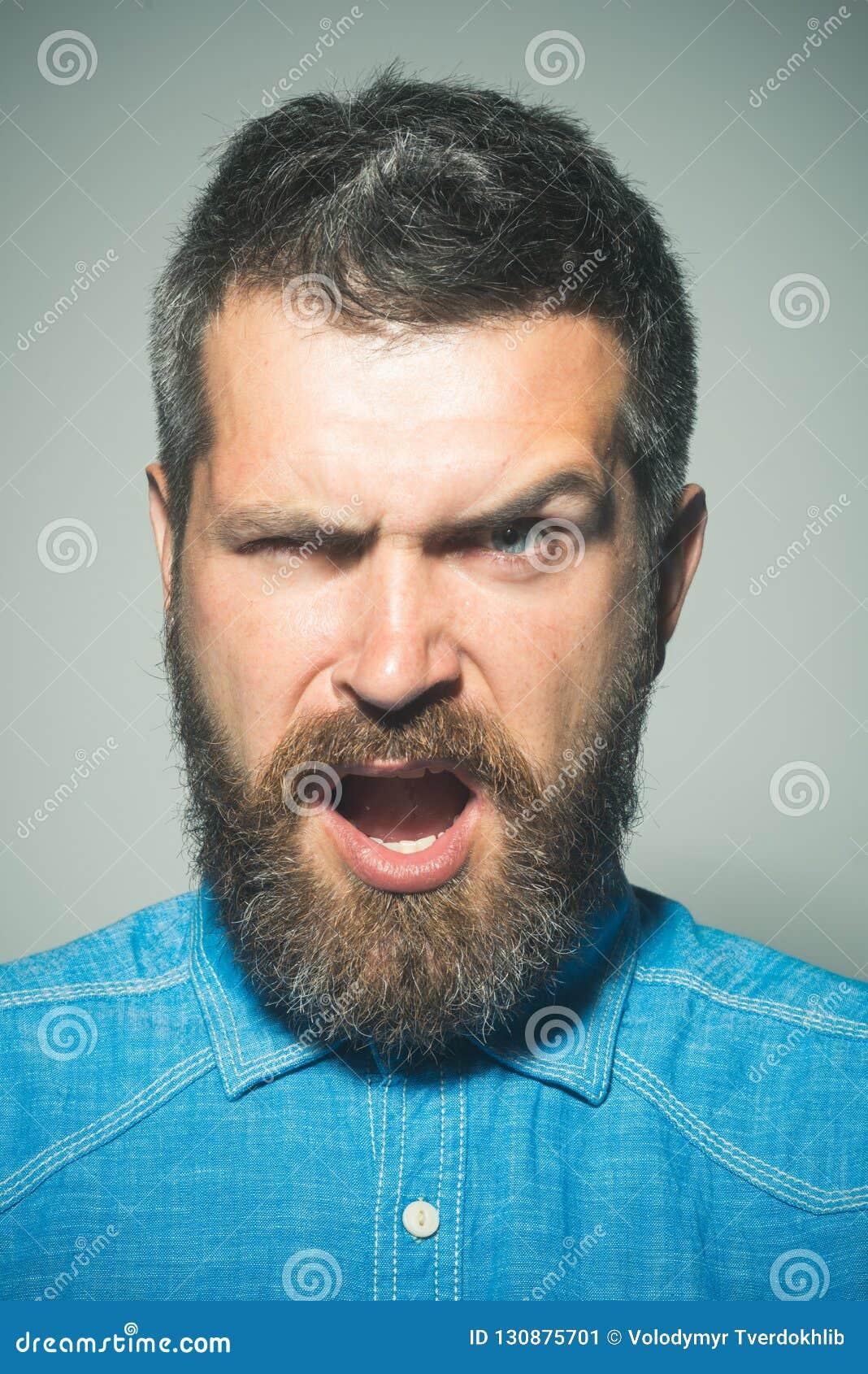 Broda lub nie broda Gniewny mężczyzna z brodą i wąsy brodaty mężczyzna Mężczyzna moda Brody mody trend barber