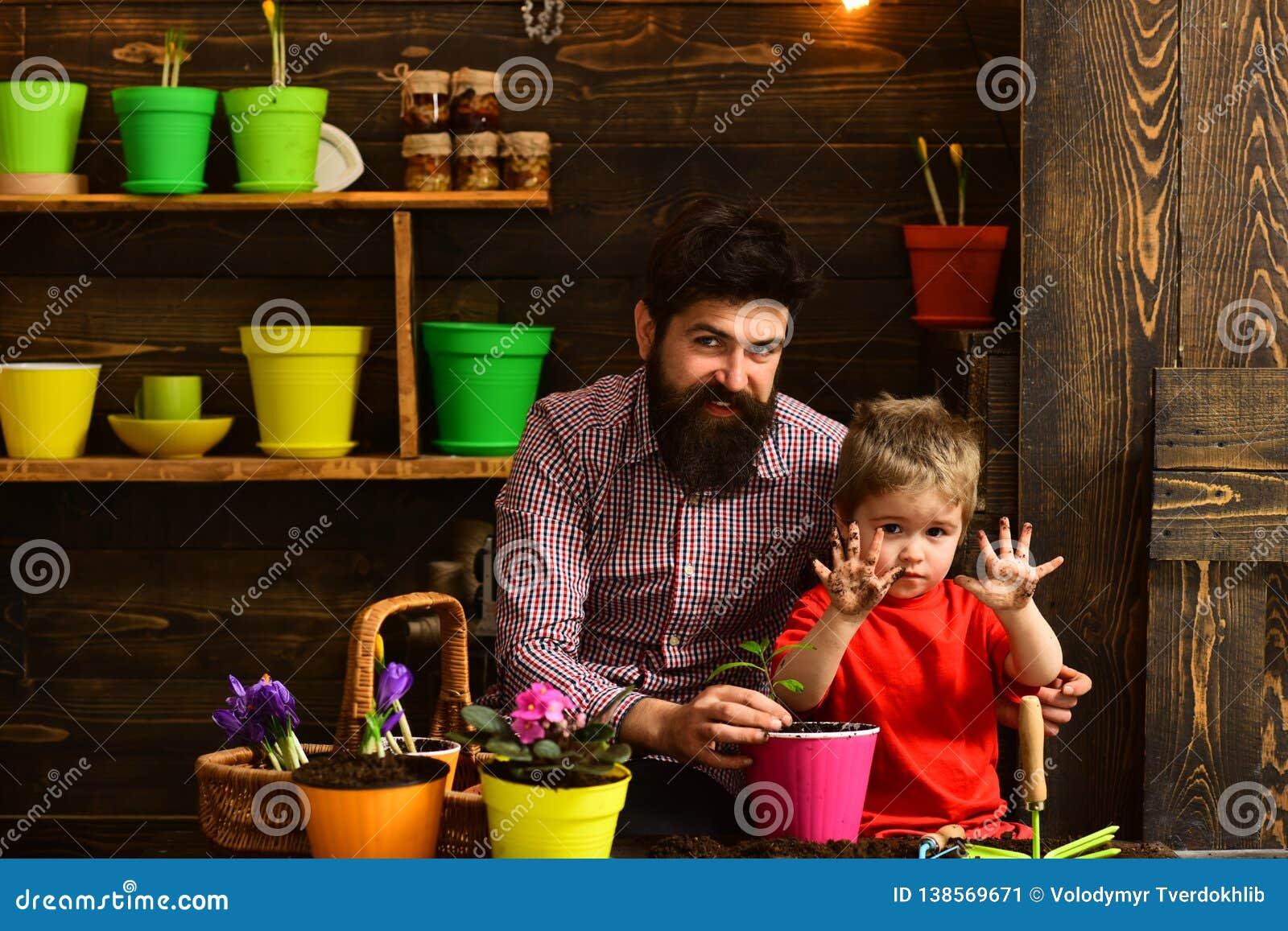 Brodata mężczyzny i chłopiec dziecka miłości natura Kwiat opieki podlewanie Glebowi użyźniacze Rodzinny dzień charcica Szczęśliwy
