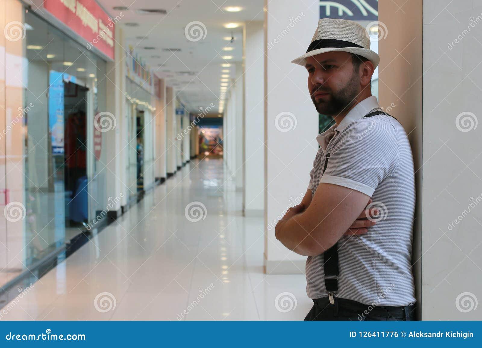 Brodatego mężczyzna salowy centrum handlowe