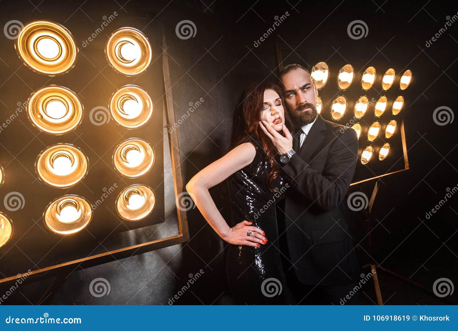 Brodaty biznesowego mężczyzna wzruszający podbródek piękna imbirowa kobieta