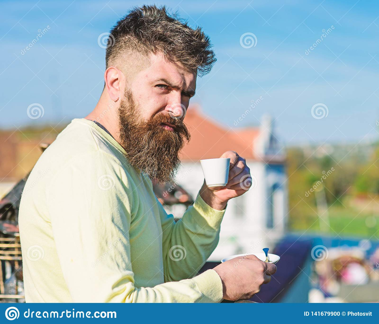 Brodaty mężczyzna z kawa espresso kubkiem, napoje kawowi Mężczyzna z brodą i wąsy na surowej twarzy pije kawę, miastowy tło