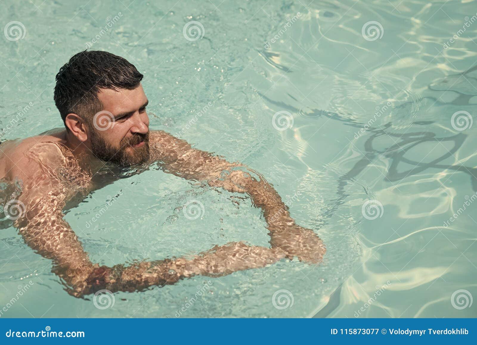 Brodaty mężczyzna dopłynięcie w błękitne wody Wakacje i podróż ocean Relaksuje w zdroju pływackim basenie, orzeźwienie i