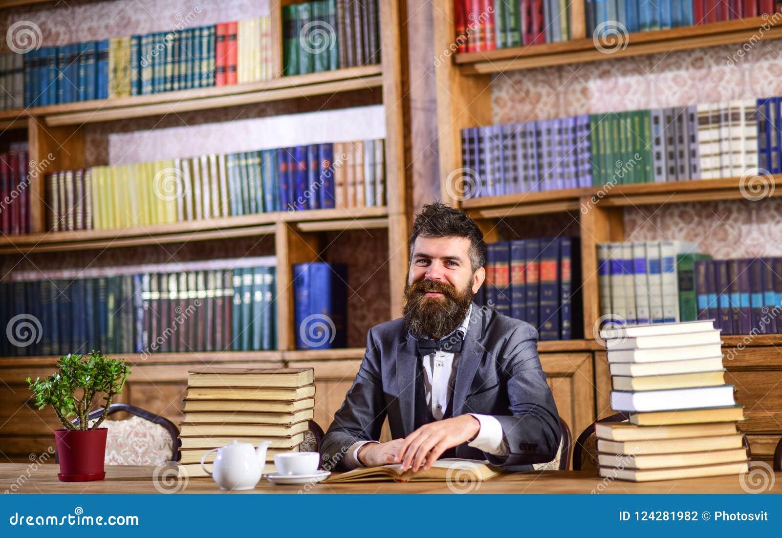 Brodaty mężczyzna z udziałami książki