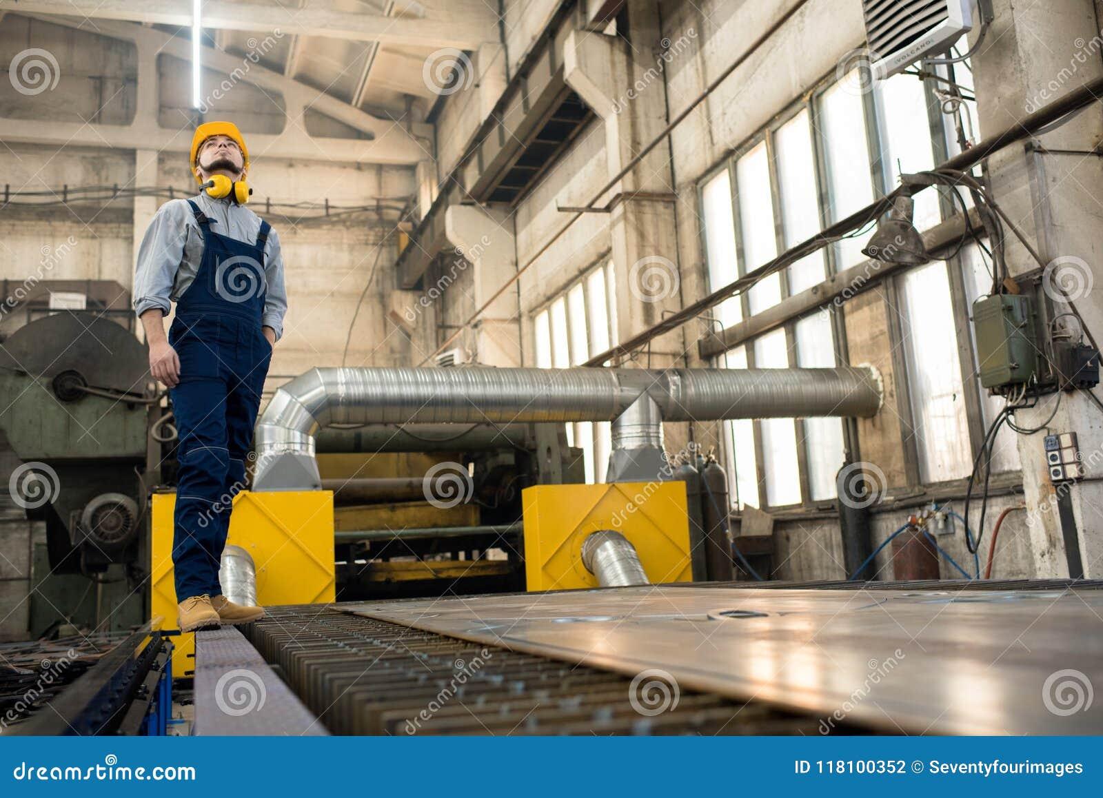 Brodaty technik przy pracą