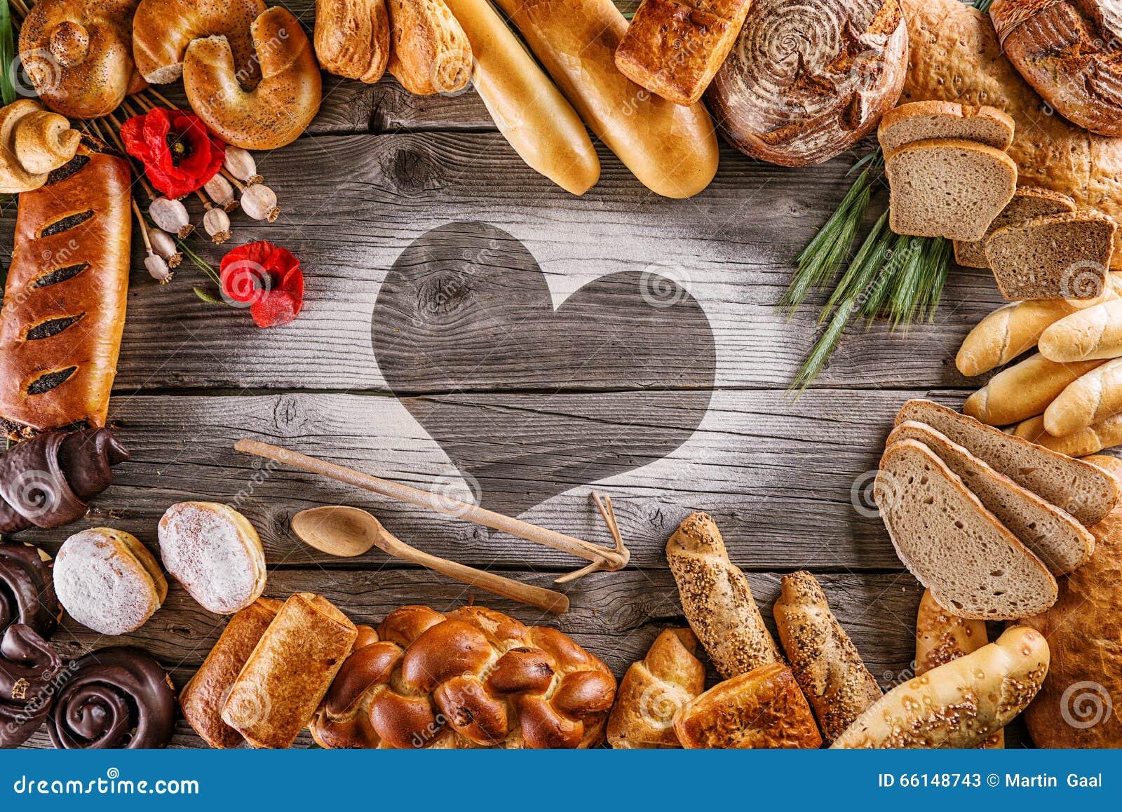 Broden, gebakjes, Kerstmiscake op houten achtergrond met hart, beeld voor bakkerij of winkel, valentijnskaartendag