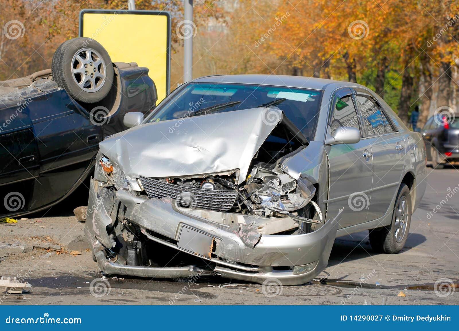 Broken bilbilar kraschar två