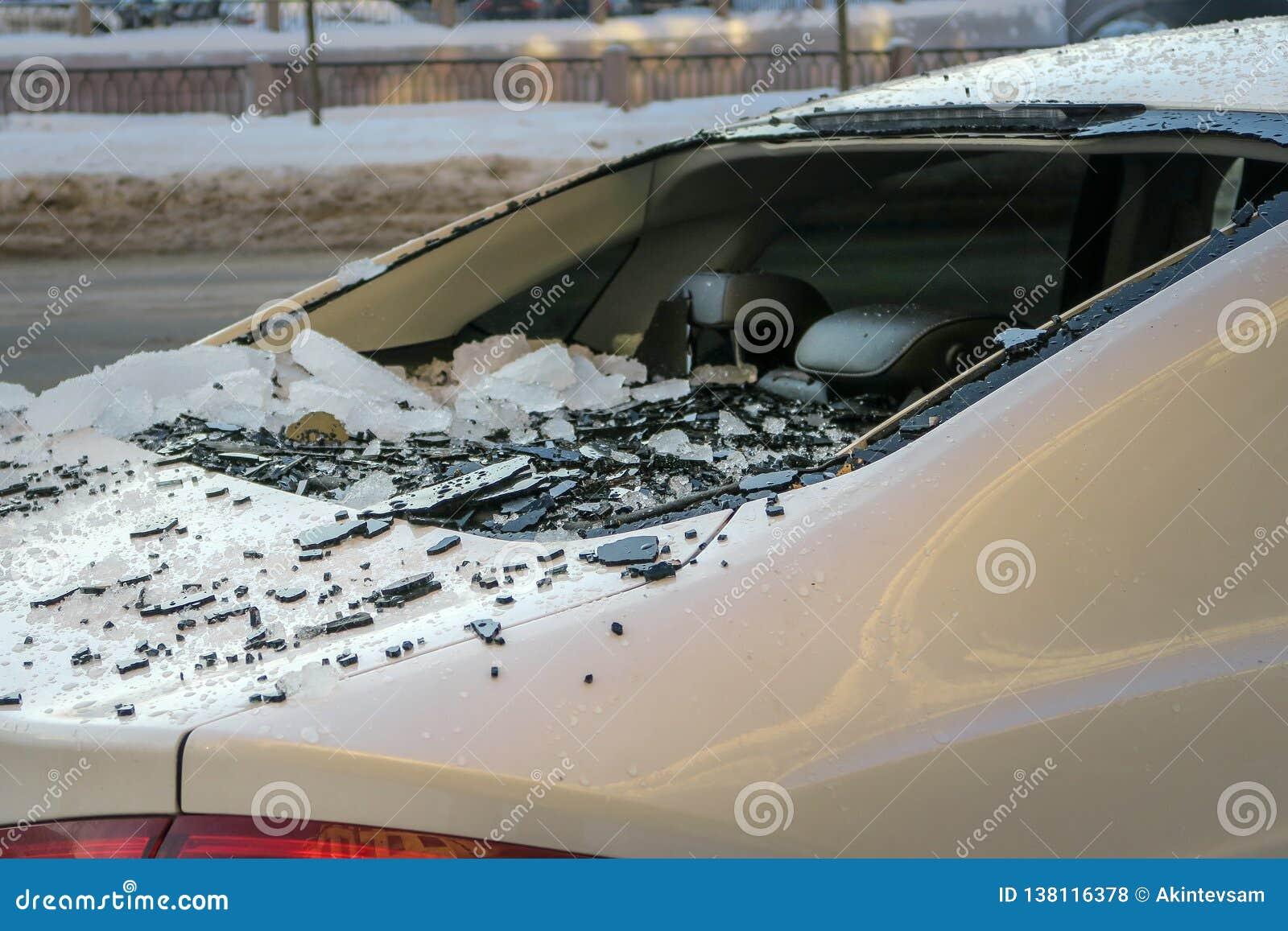 Broken bilstöldfönster skadad bil från fallande is