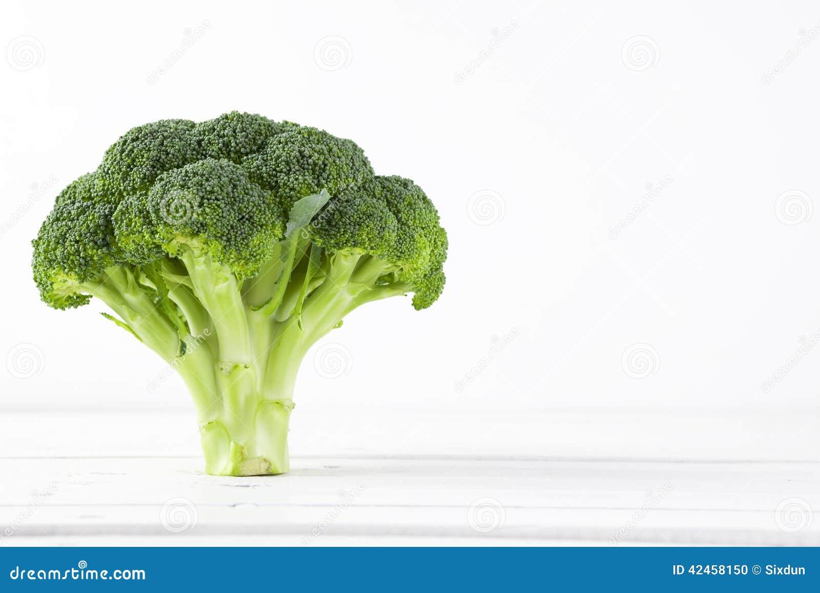 Brokkoli mit weißem Hintergrund