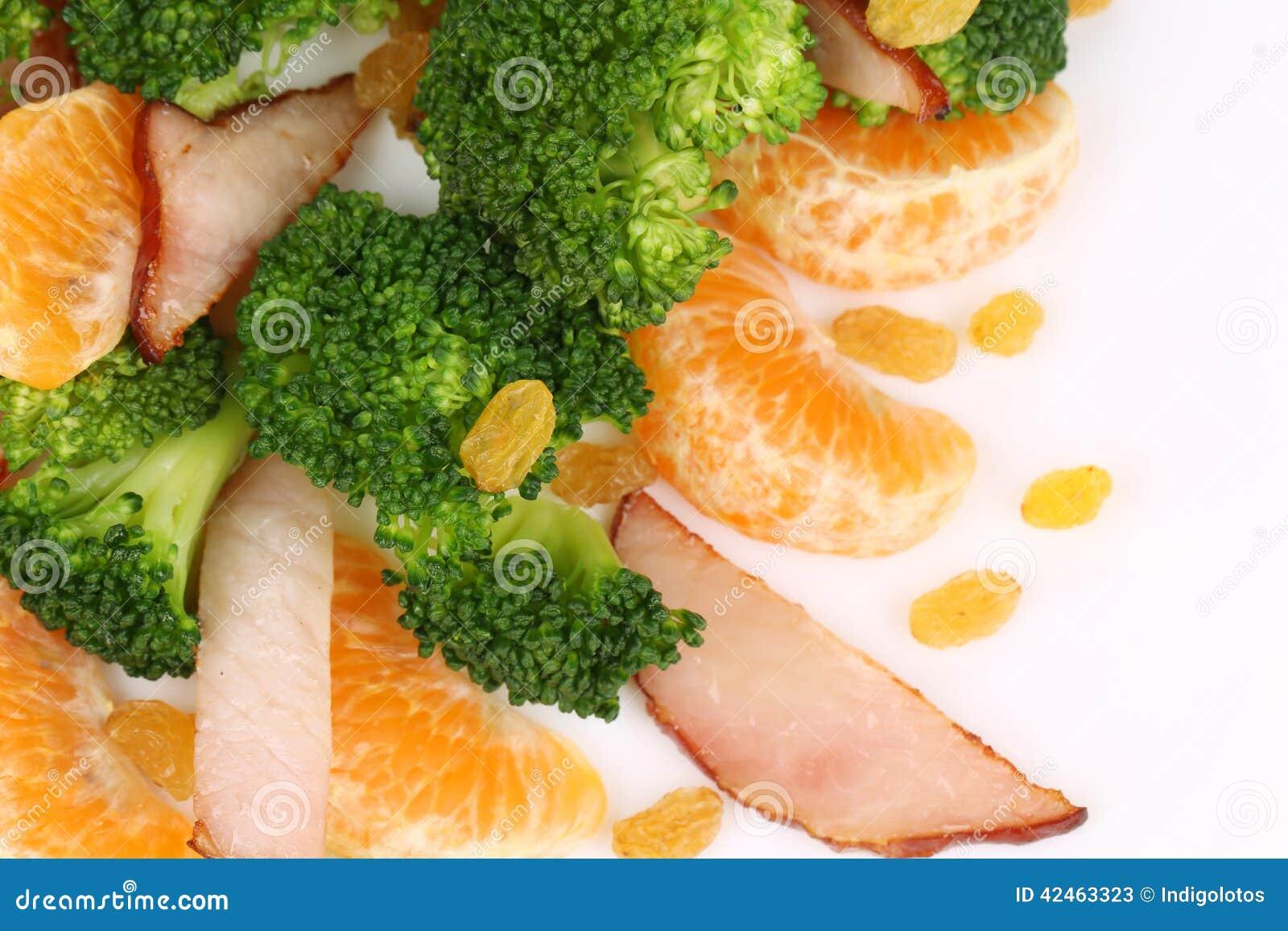Brokkolisalat mit geräuchertem Schinken und Orange