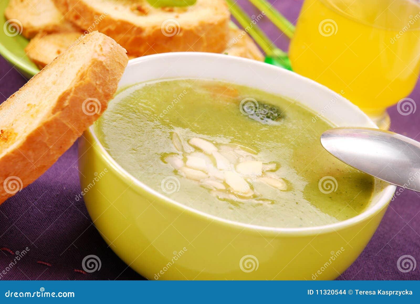 Brokkolisuppe mit Mandeln
