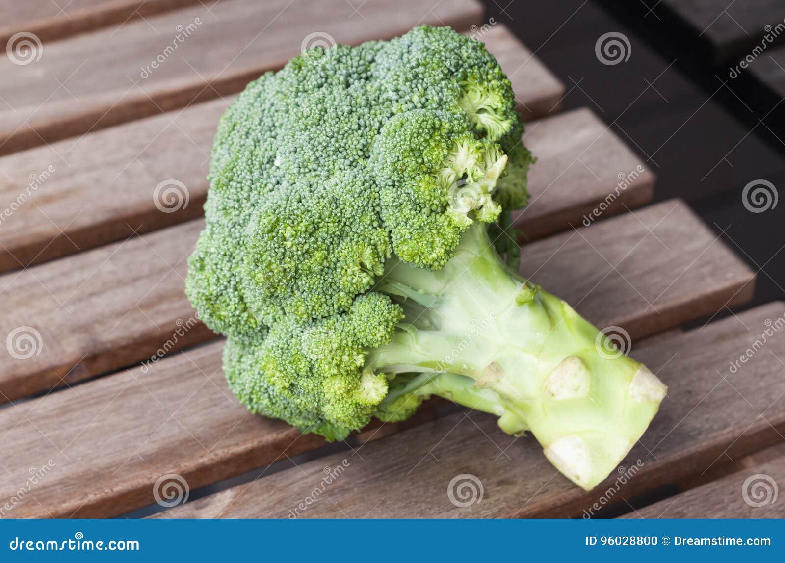 Brokuły na wodden tle