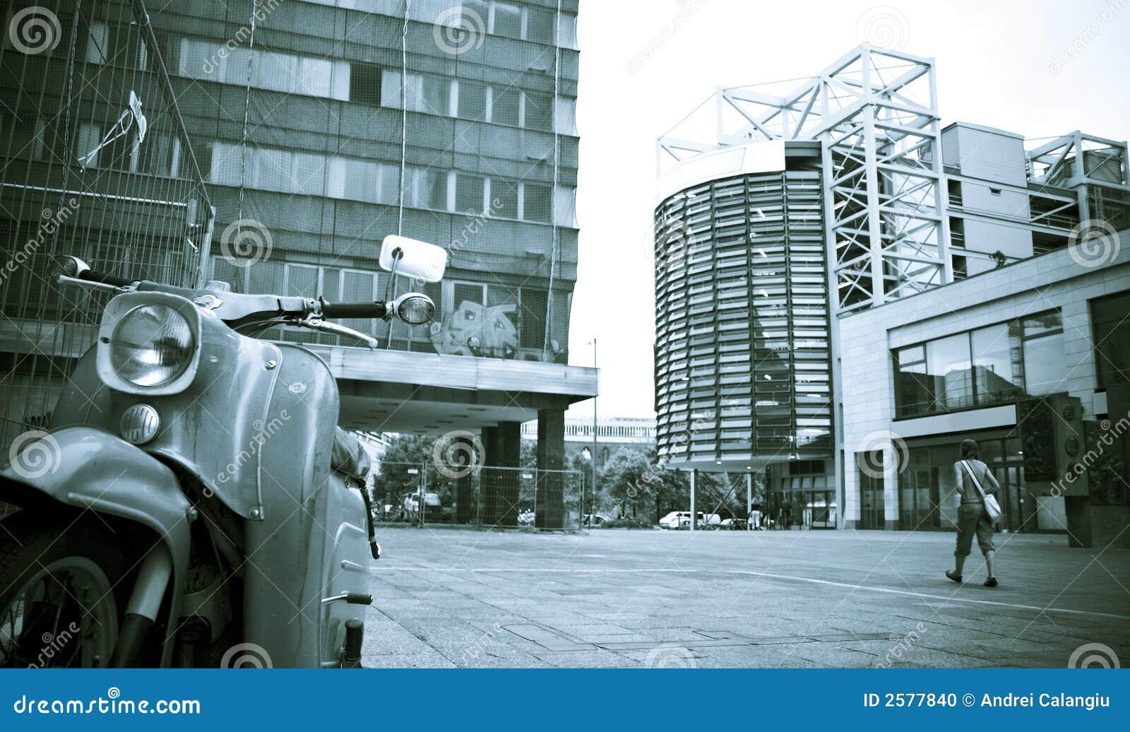 Bromfiets aan kant van stedelijk plein