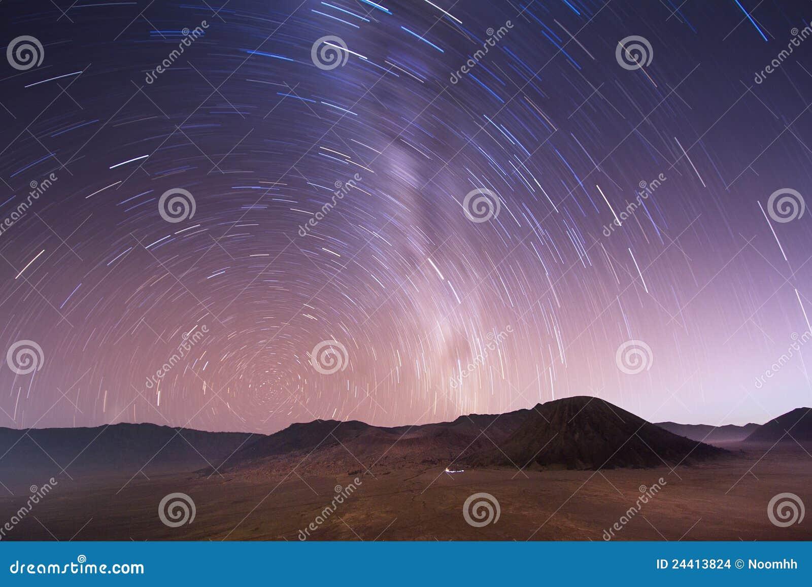 Bromo Индонесия над вулканом неба звездным