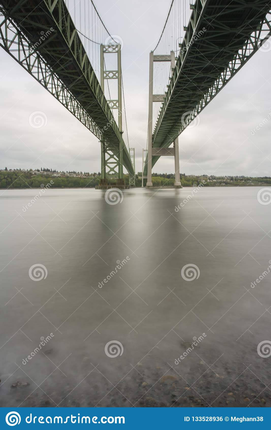 Bron för Tacoma trångt pass beskådade under från stranden