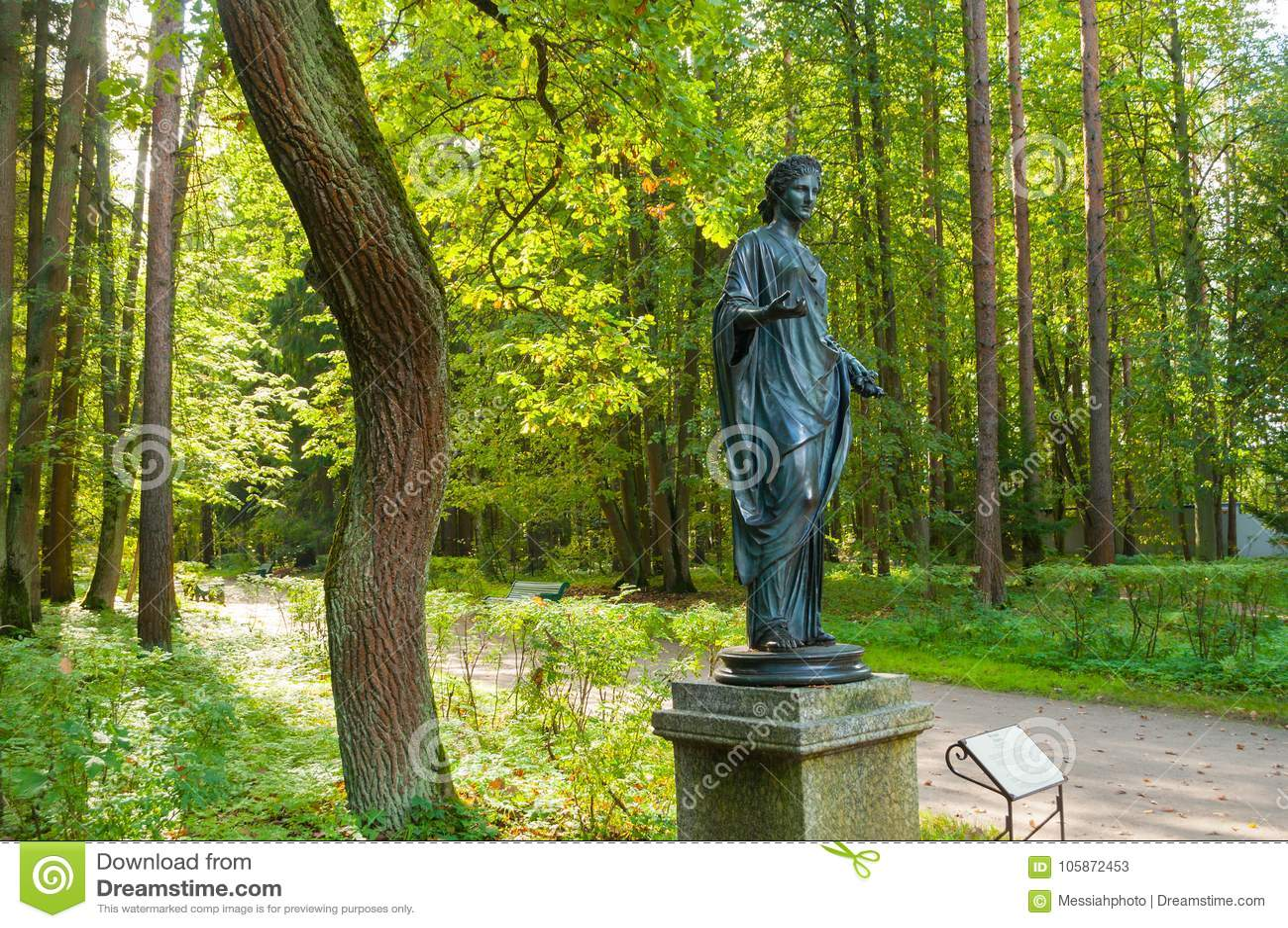 Bronsbeeldhouwwerk van Flora - de godin van de lente en bloemen Het oude park van Silvia in Pavlovsk, St. Petersburg, Rusland