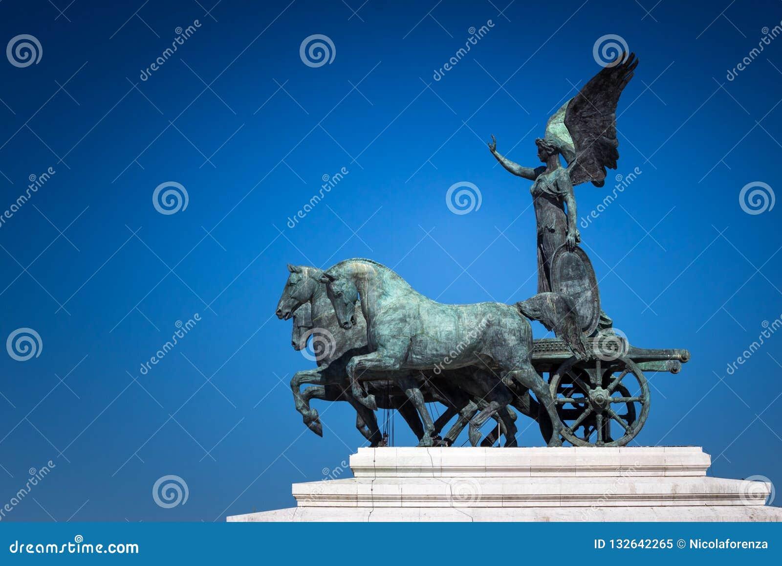 Bronsstandbeeld van Gevleugelde Overwinning op de bovenkant van Koning Vittorio Eman