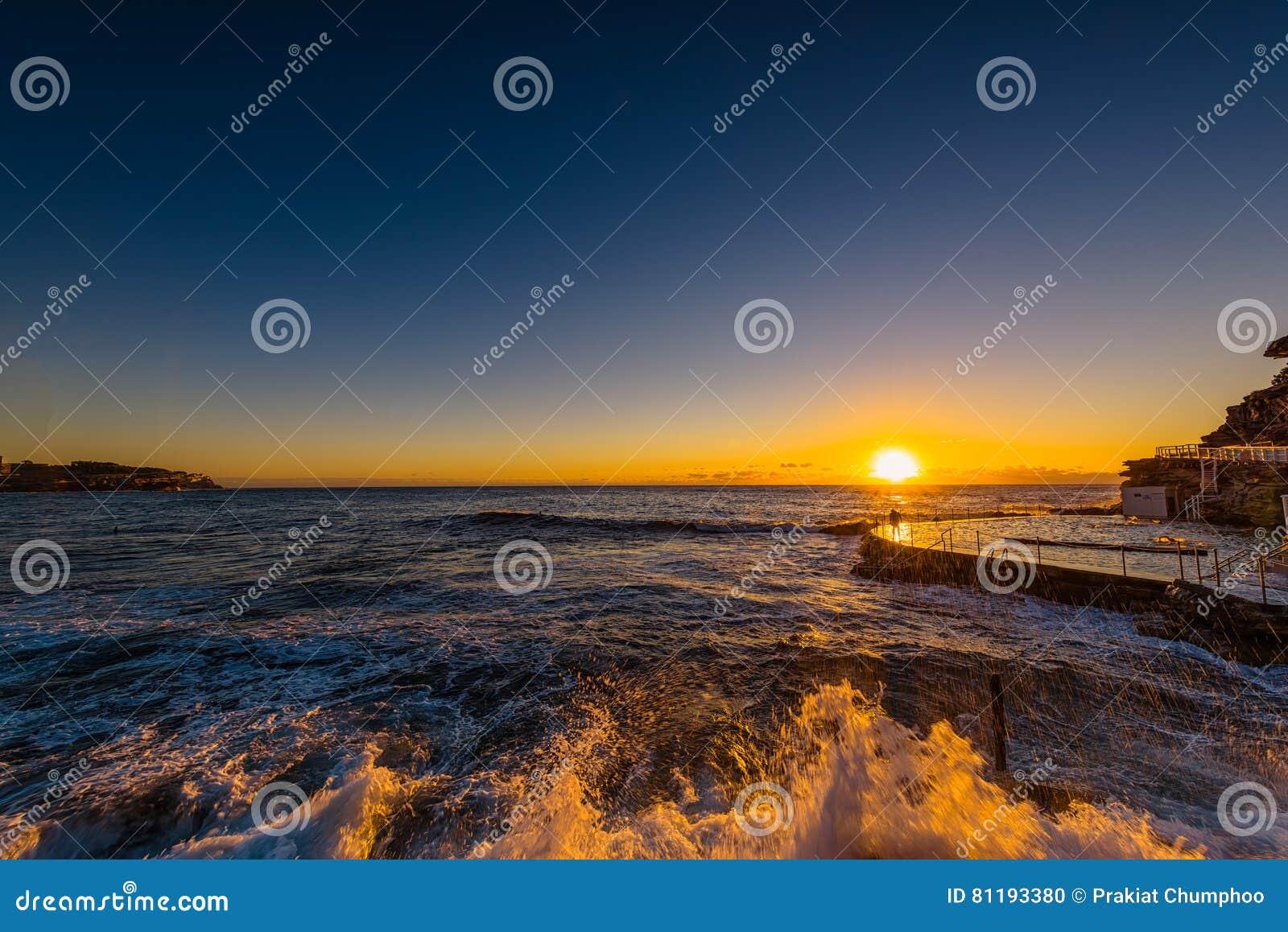 Bronte plaża przy wschodem słońca