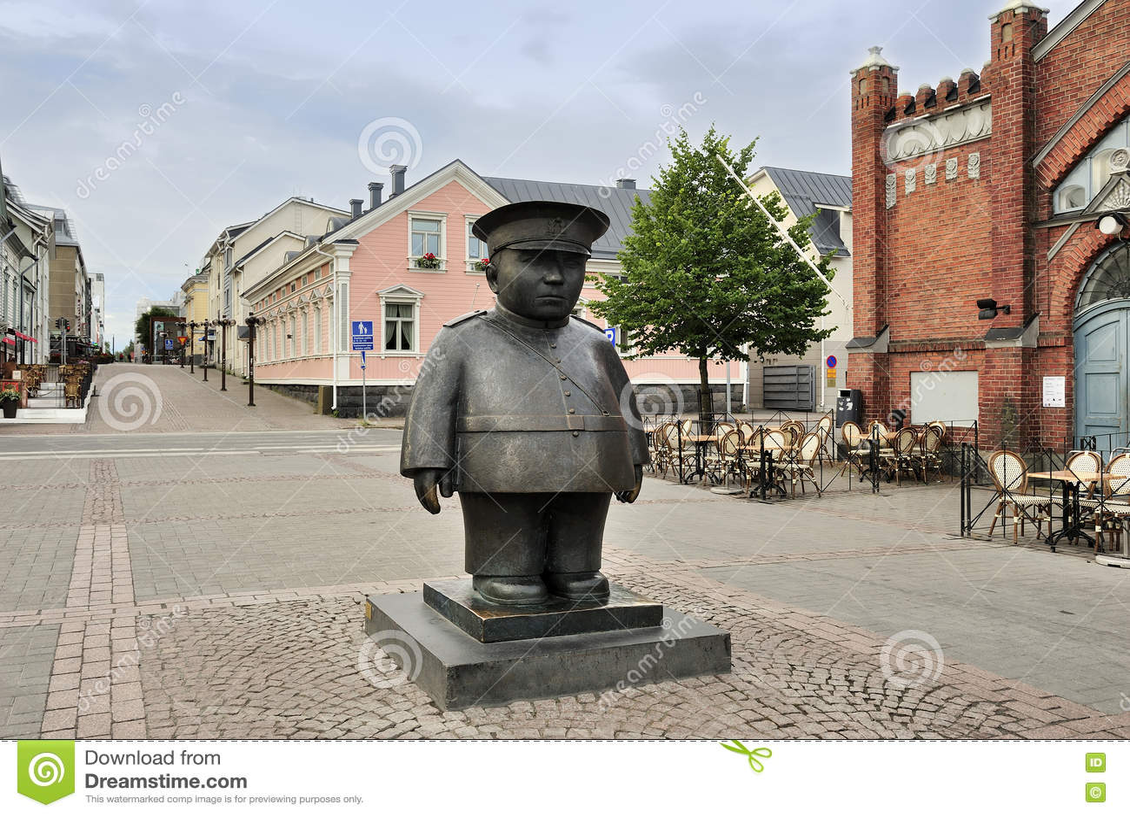 The bronze sculpture toripolliisi bobby at market