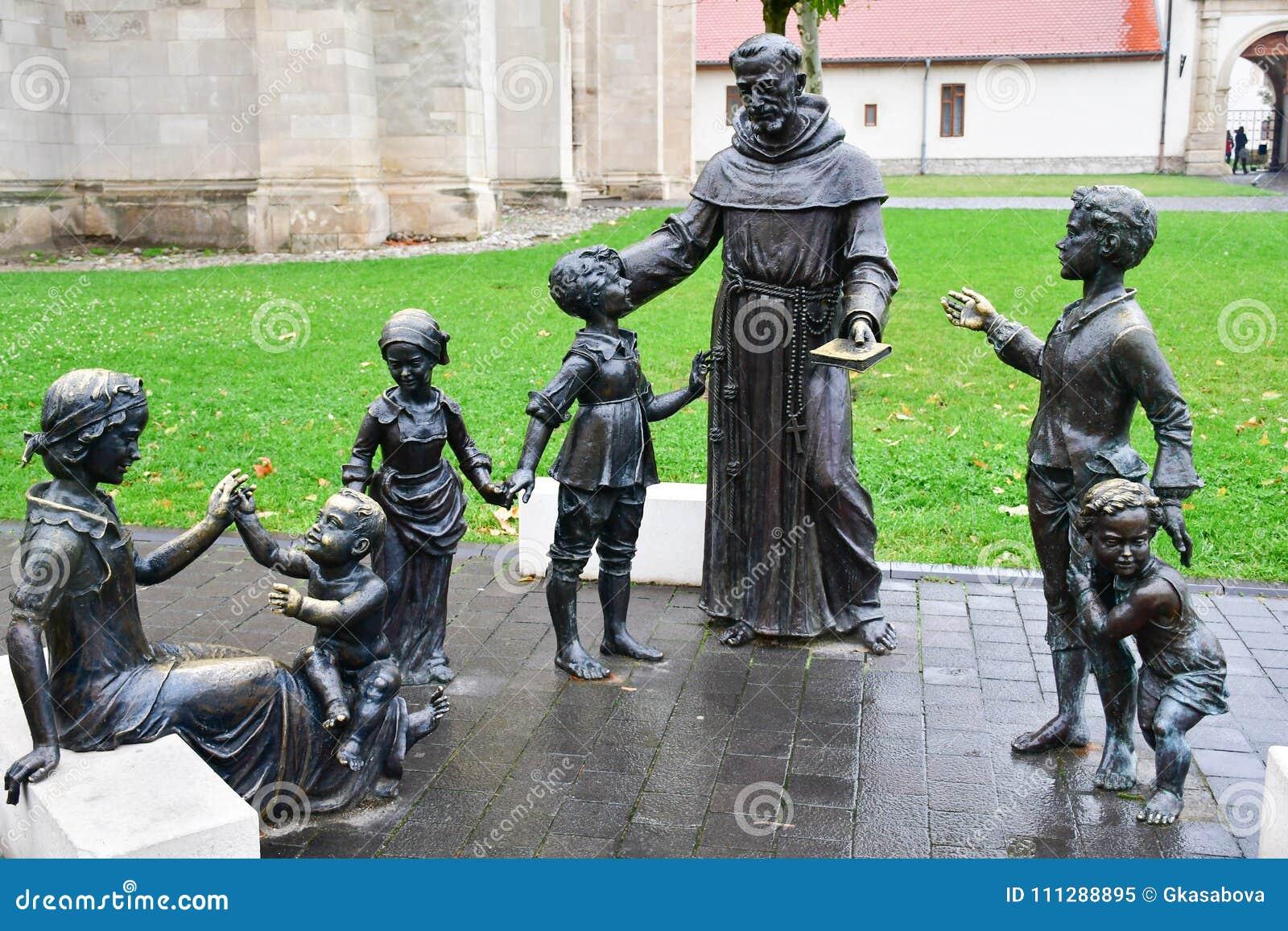 Bronzestatue der Frau, des Priesters und der Kinder