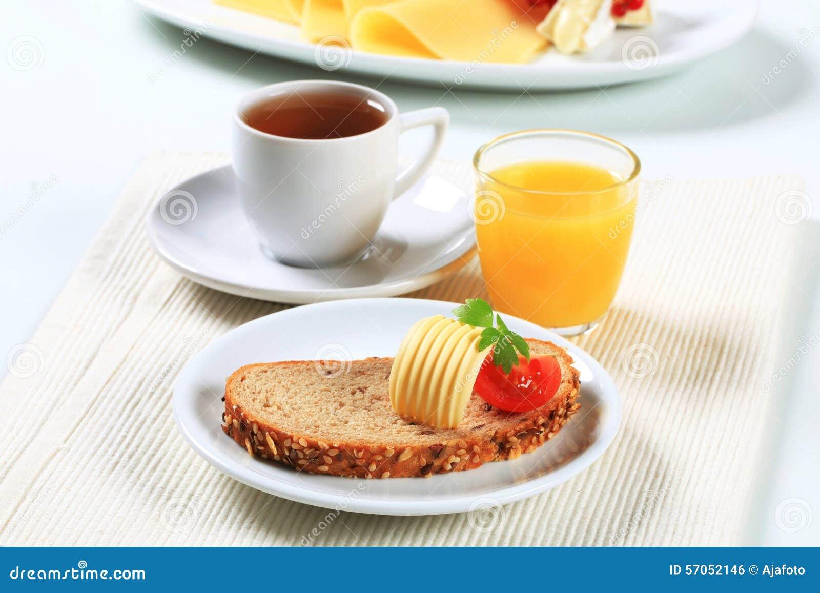 Brood met boter, kop thee en jus d orange