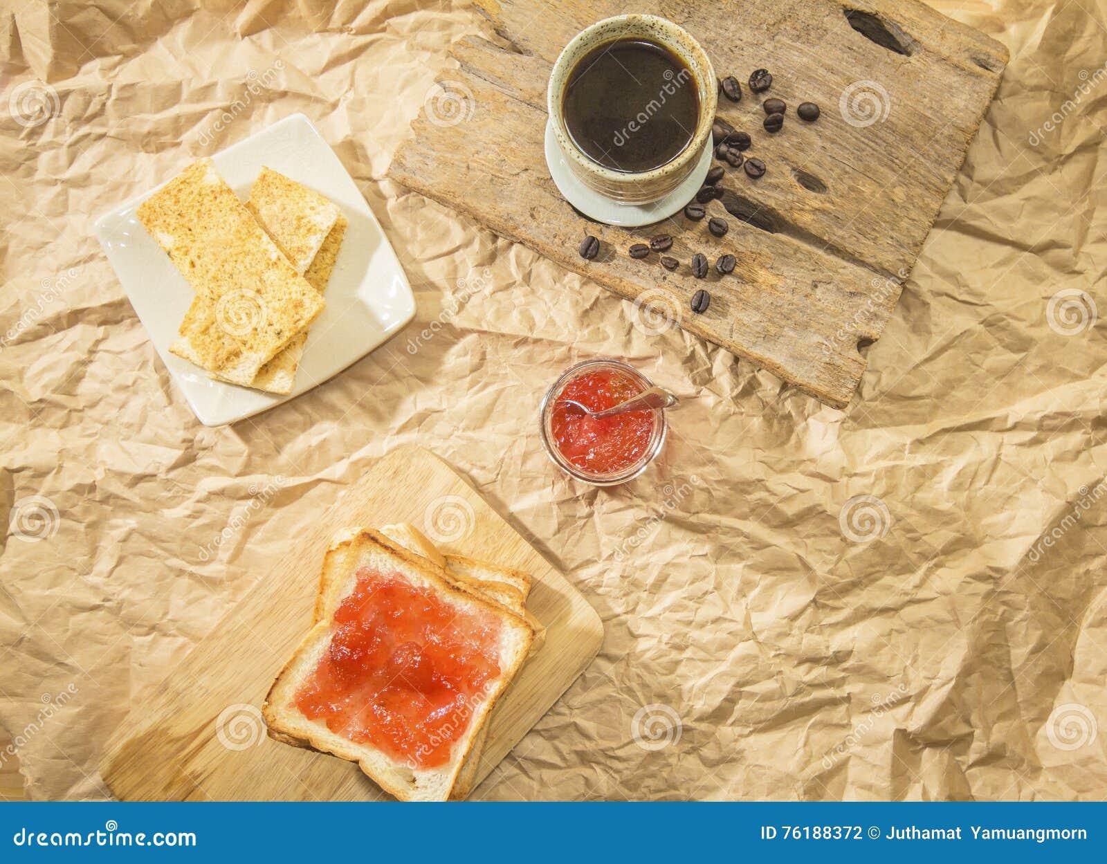 Brood met en eigengemaakte jam binnen op houten lijst, close-up