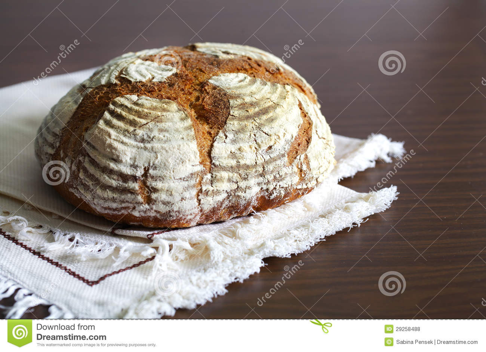Brood van artisanaal die roggebrood, met bloem, op een lijstdoek wordt bestrooid