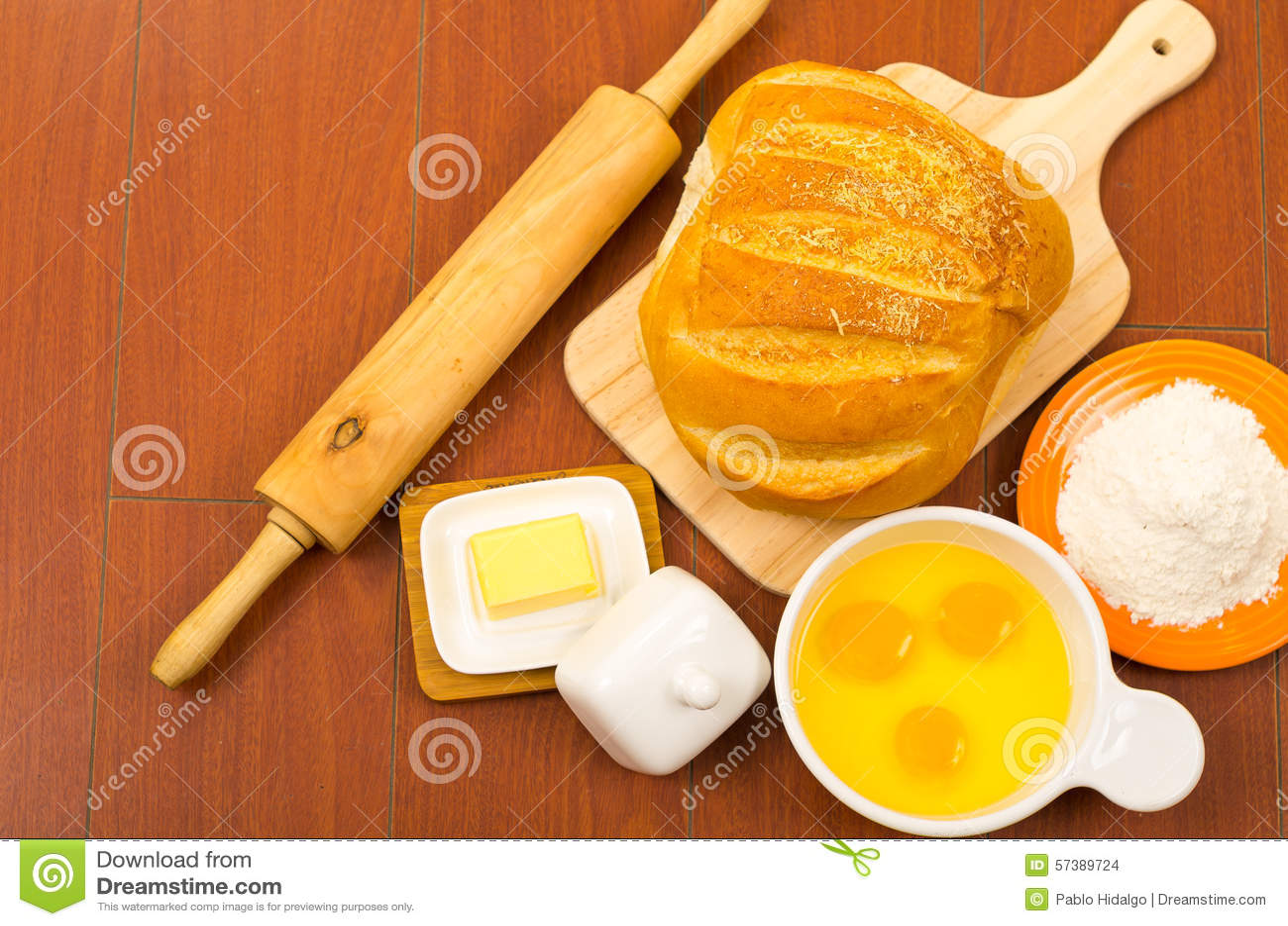 Brood van brood, kaas, gebarsten eieren in een kom en