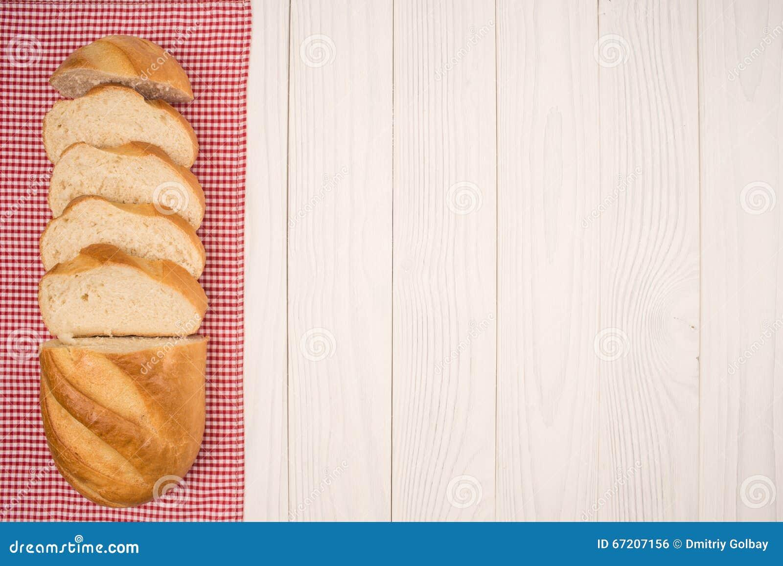 Brood van brood op een houten witte lijst