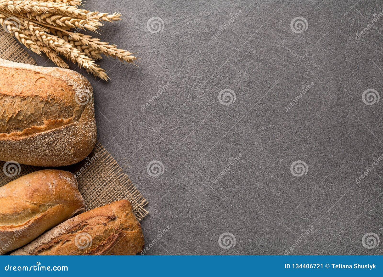Broodachtergrond met tarwe, aromatisch knäckebrood met korrels, exemplaarruimte Hoogste mening