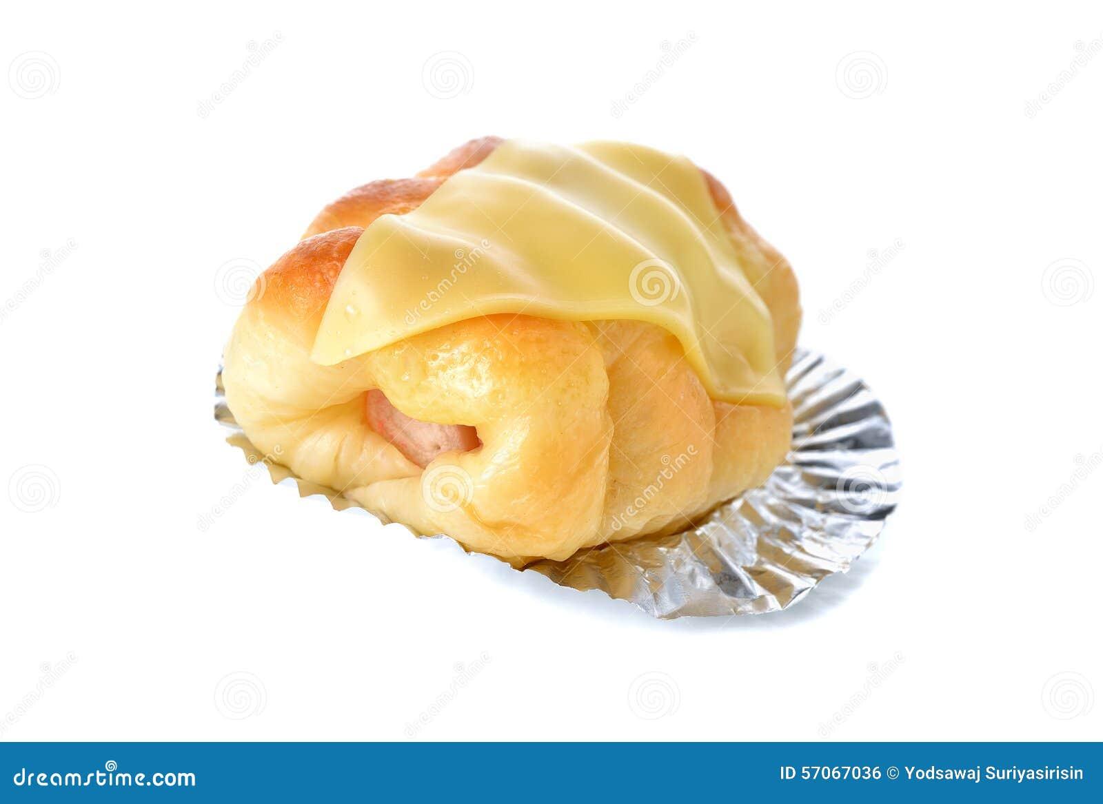 Broodhotdog met kaas op folie met wit