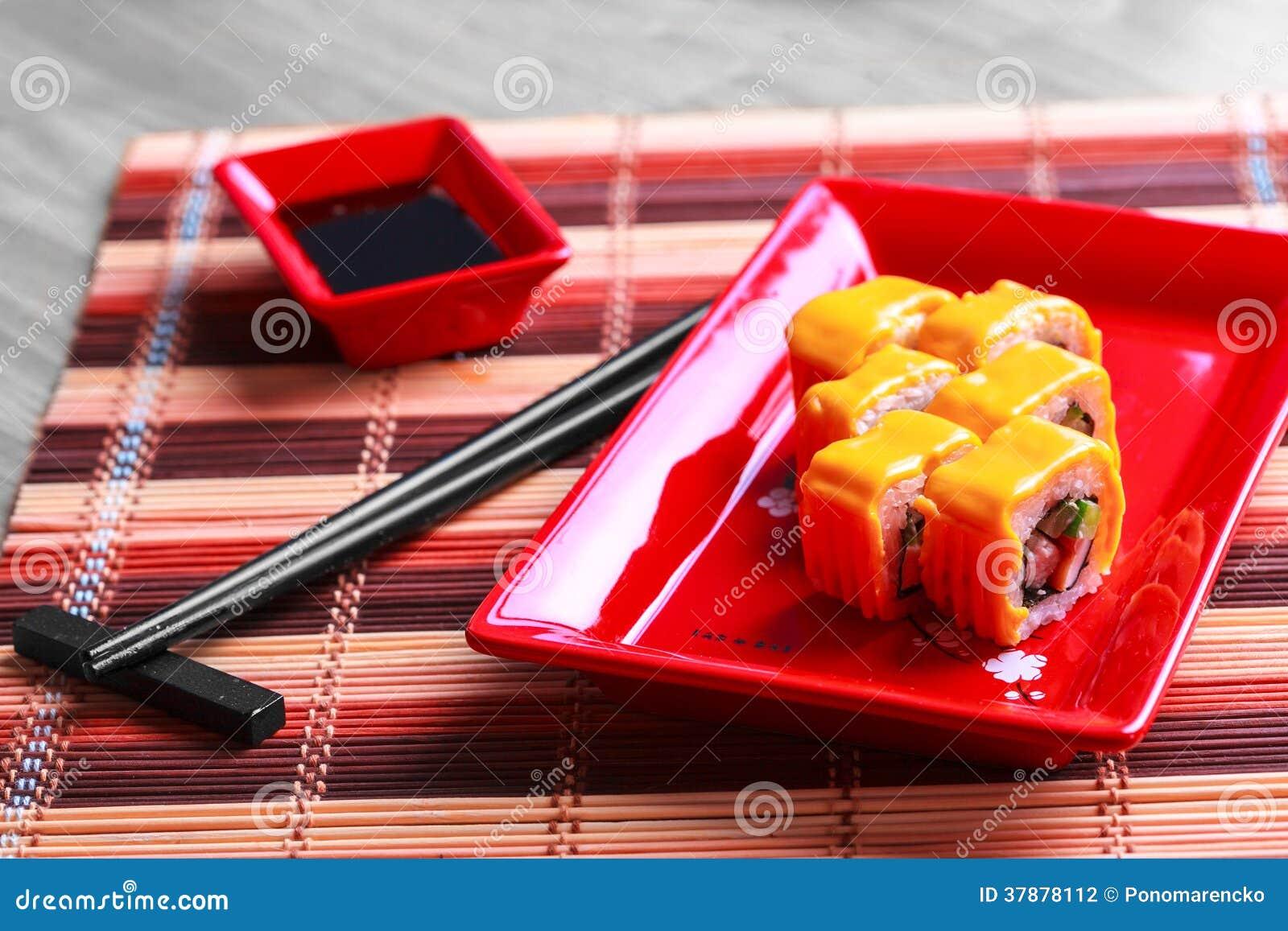 Broodje met kaas op rode plaat