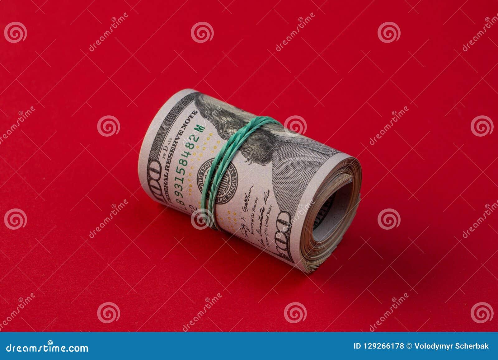 Broodje van honderd dollarsrekeningen met rubber op rode lijst