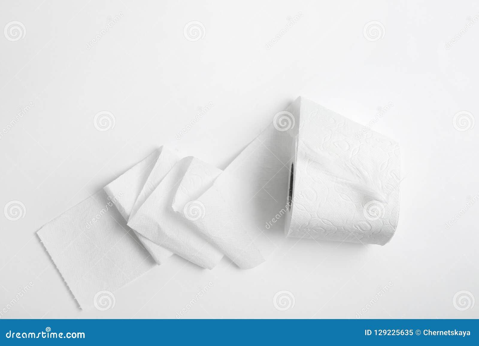 Broodje van toiletpapier met veer op witte achtergrond