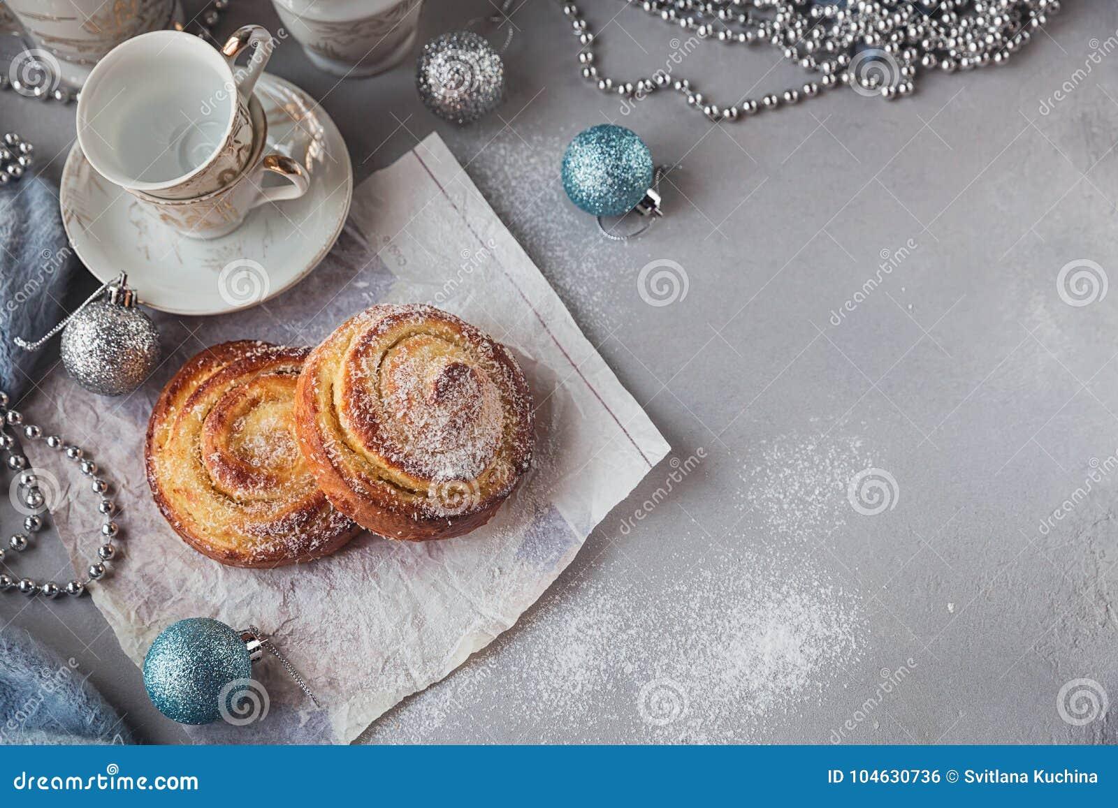 Download Broodjes Met Kerstmis Of Nieuwjaarvakantiedecoratie Stock Foto - Afbeelding bestaande uit huis, handmade: 104630736