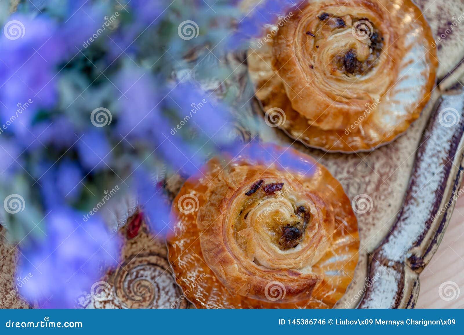Broodjes met rozijnen Dessert Boeket van lavendelbloemen