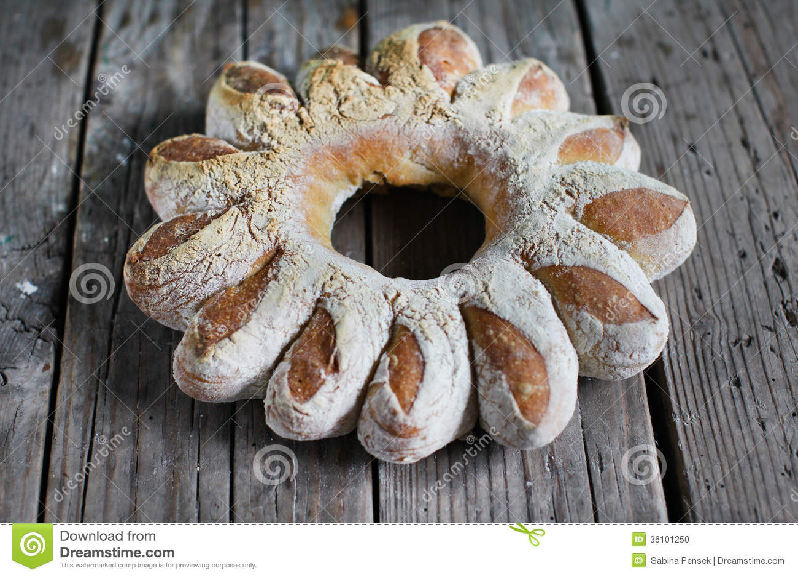 Broodkroon, artisanaal gevormd roggebrood