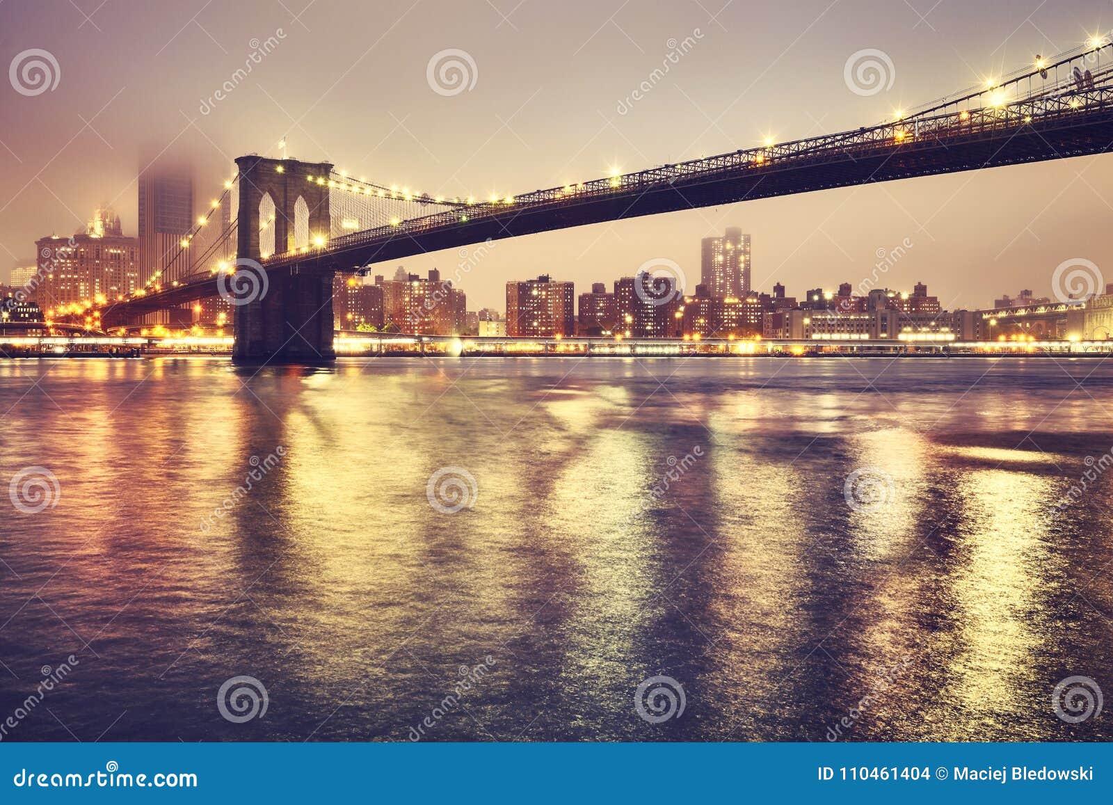 Brooklyn bro på en dimmig natt, New York, USA