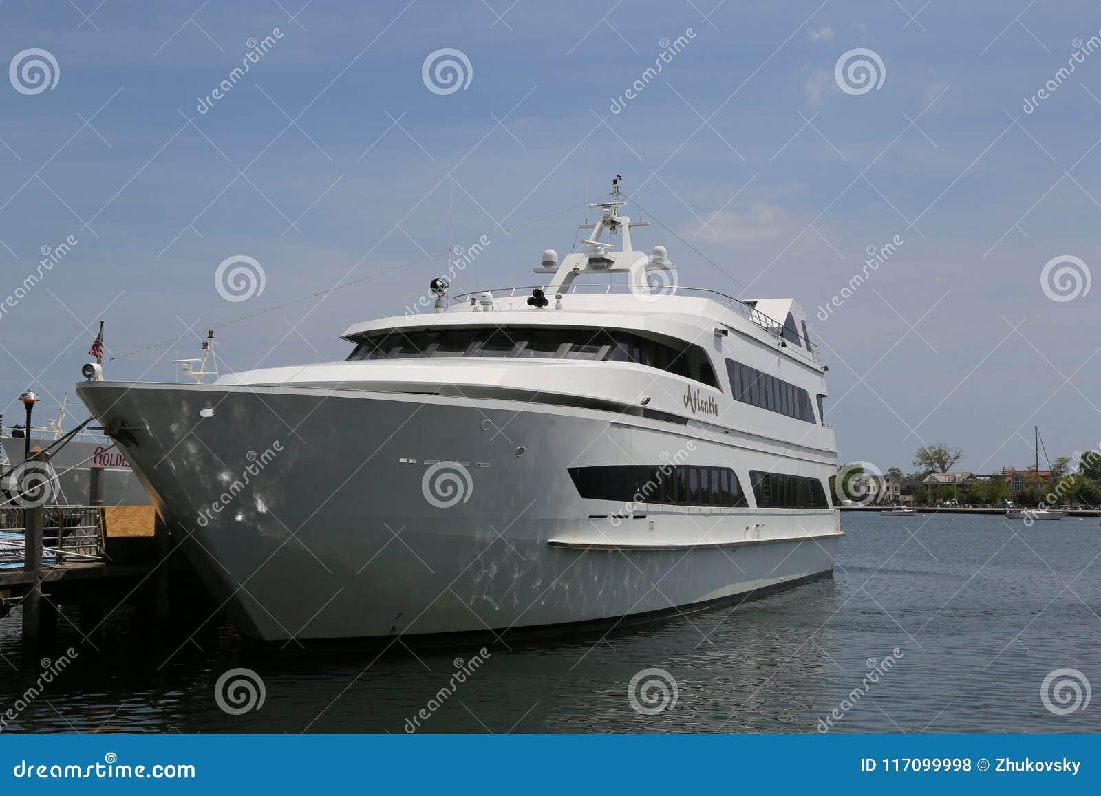 Luxury Atlantis Yacht Charter at Sheepshead Bay Marina in Brooklyn