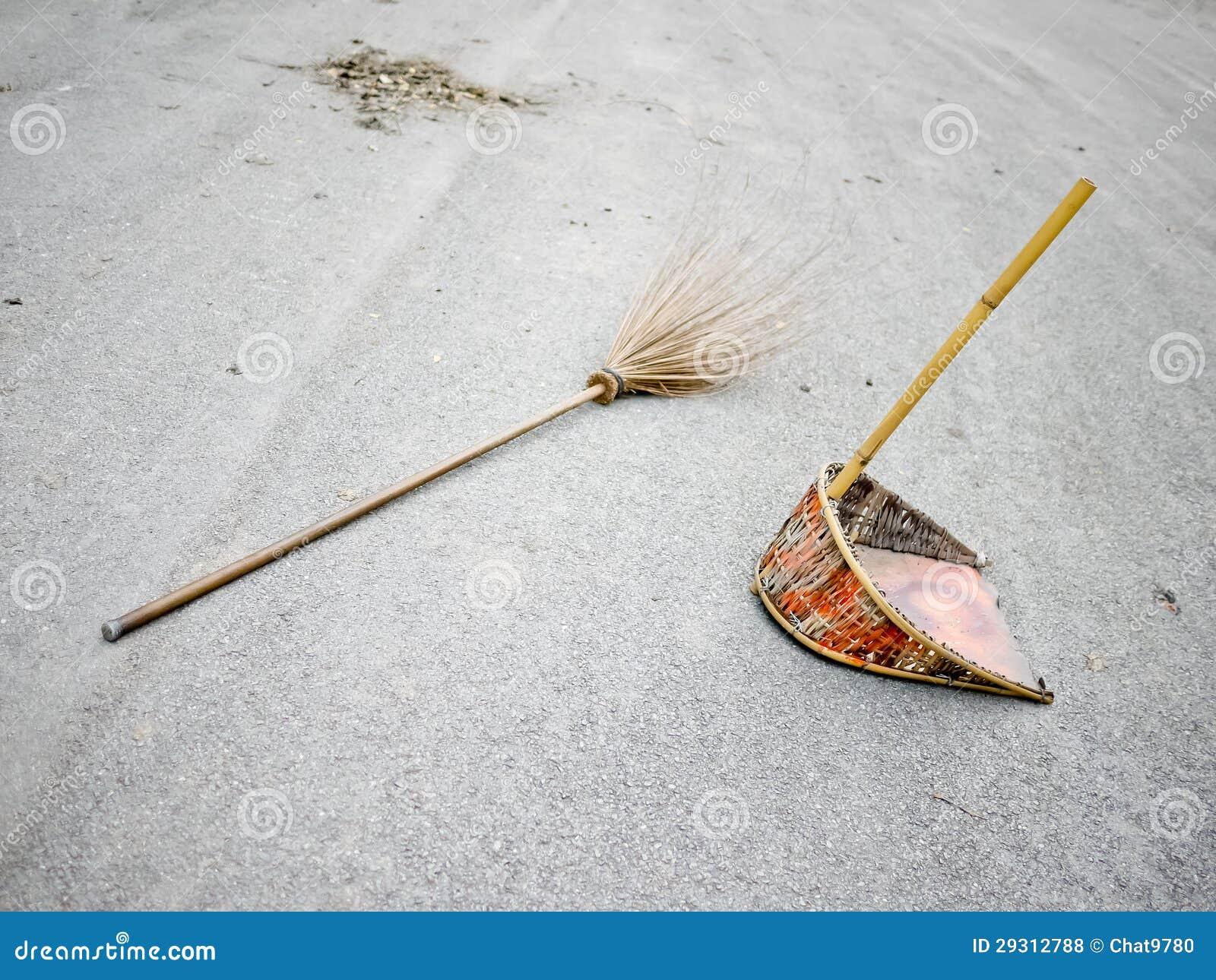 Fotos De Stock Chat9780: Broomstick E Dustpan Na Rua Foto De Stock