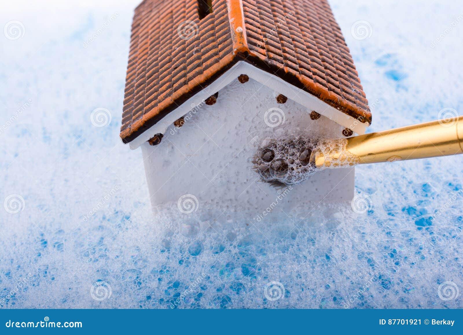 Brosse modèle de maison et de peinture dans l eau mousseuse
