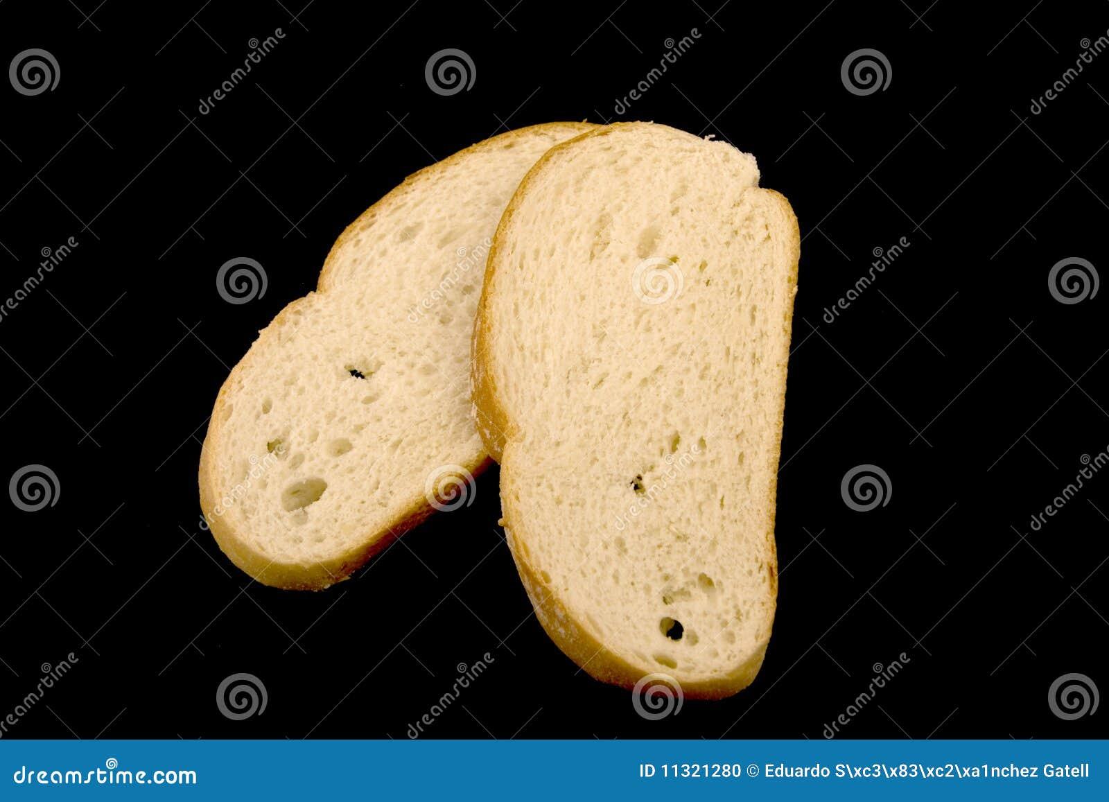 Brot auf einem schwarzen Hintergrund.