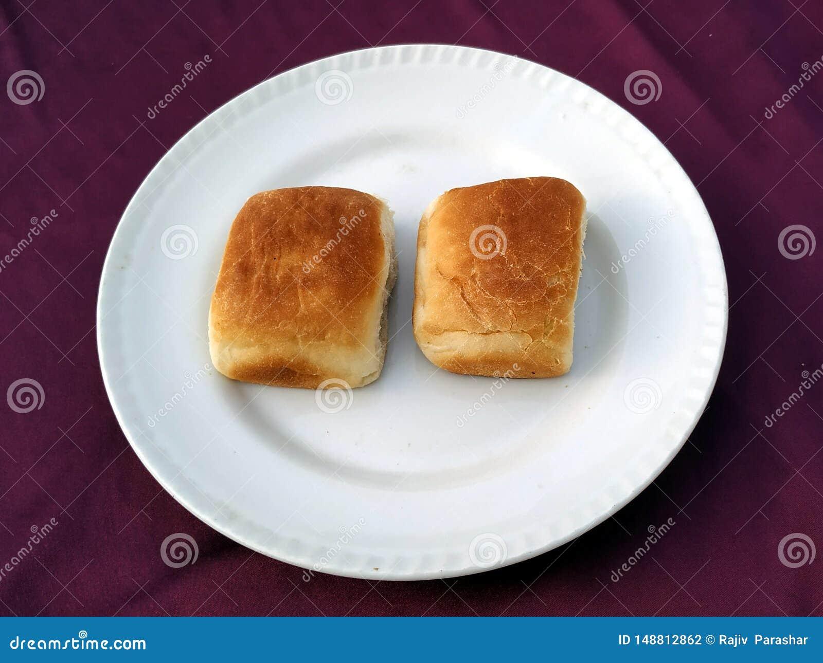 Brot, B?ckereiikone, schnitt frisches Weizenbrot auf wei?em Hintergrund