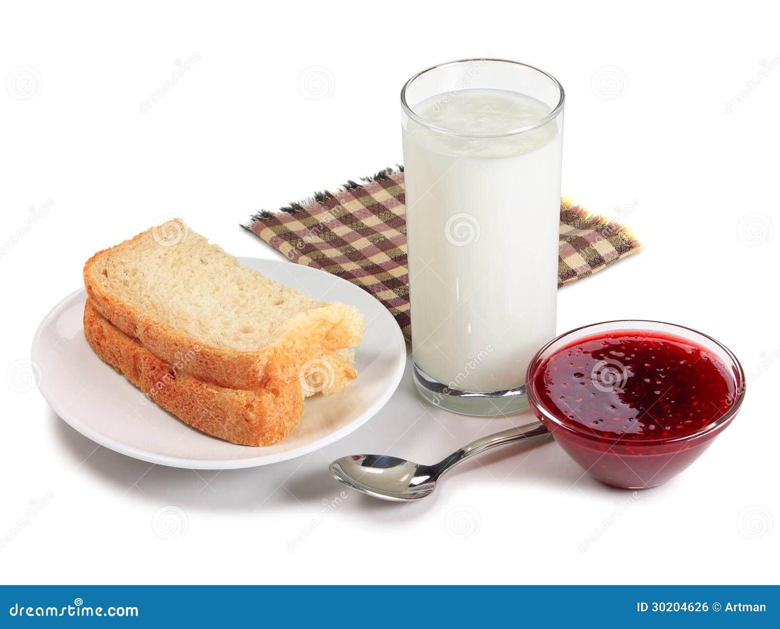 Brot, Glas Milch und Himbeermarmelade