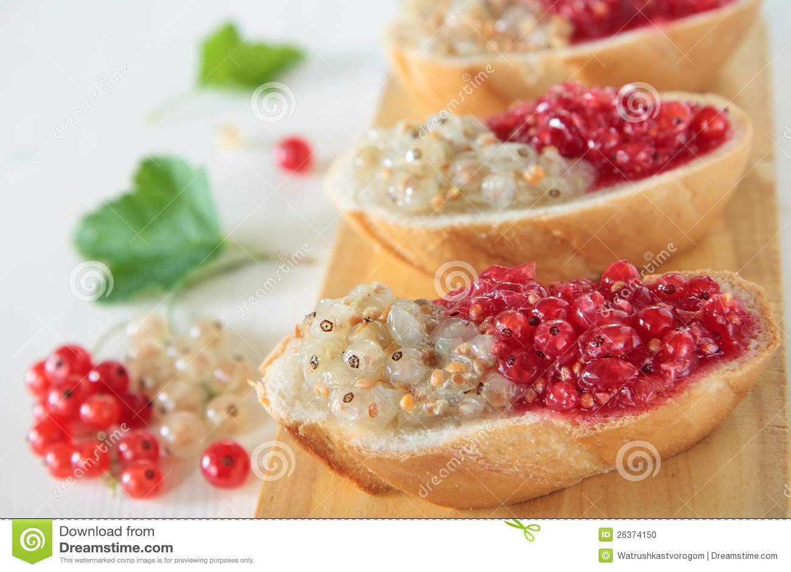 Brot mit den weißen und roten Johannisbeeren