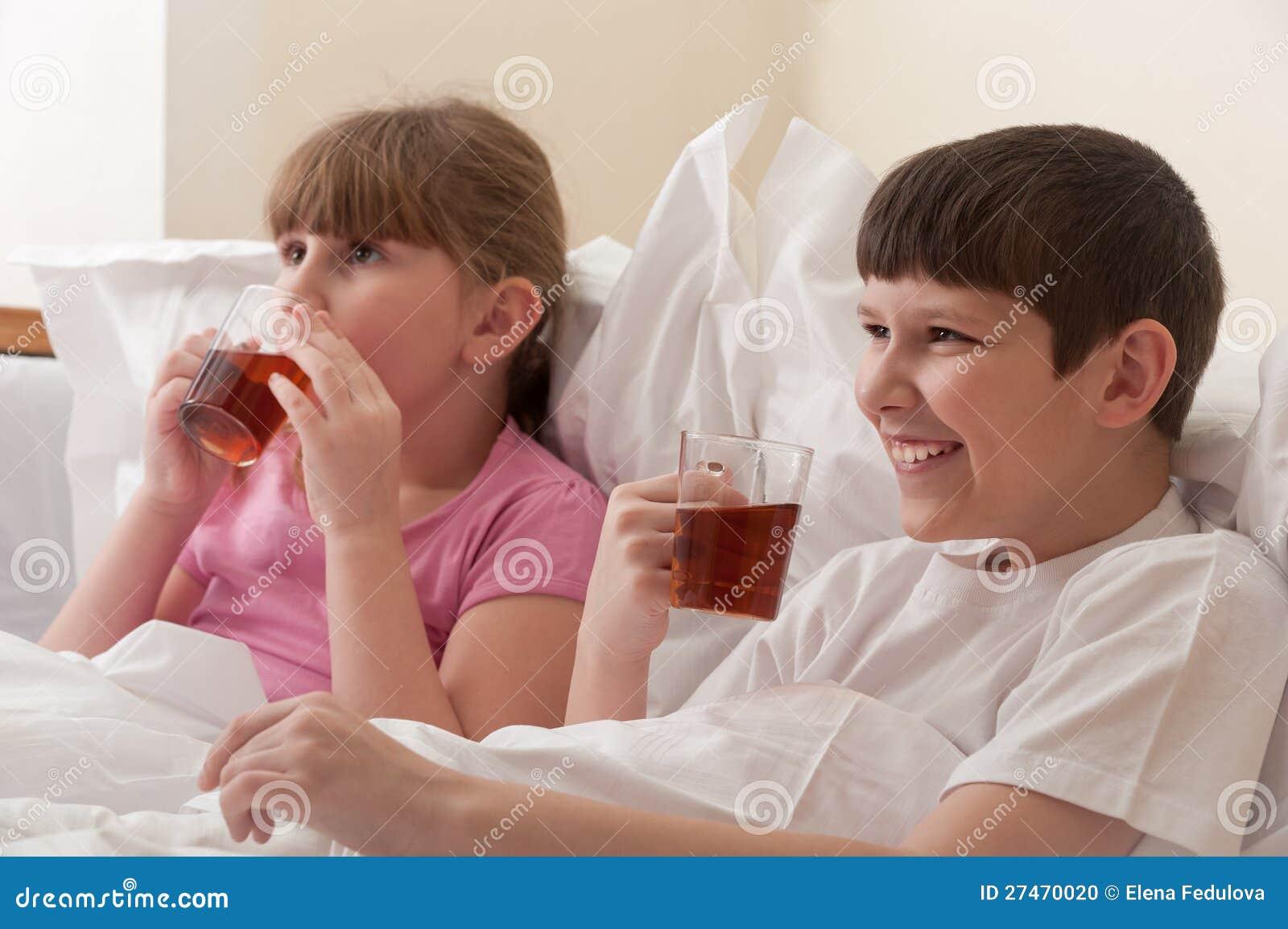 Пьяный брат трахнул пьяную сестру, Смотреть поимел спящую сестру дественицу онлайн 18 фотография