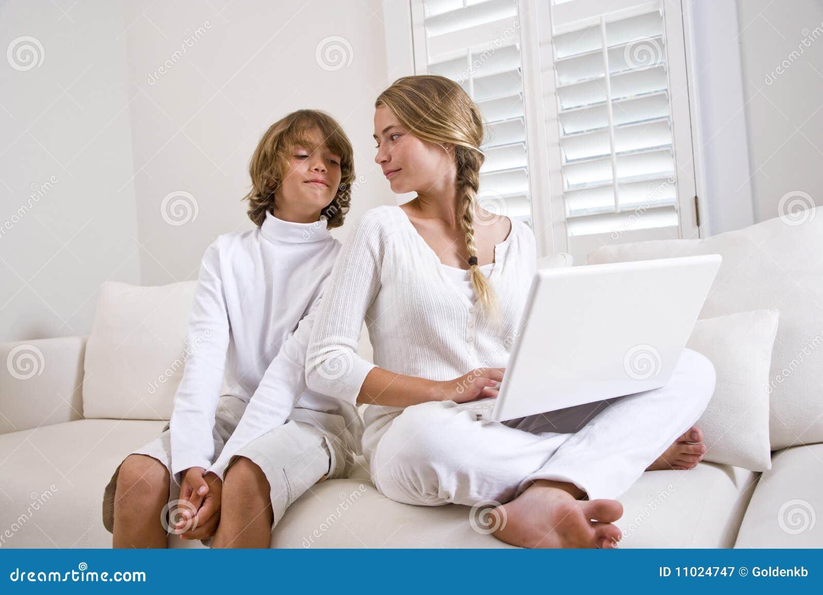Русское порно как брат трахнул молодую сестру, Инцест. Брат и сестра. Мать и сын. И так далее Форум 20 фотография