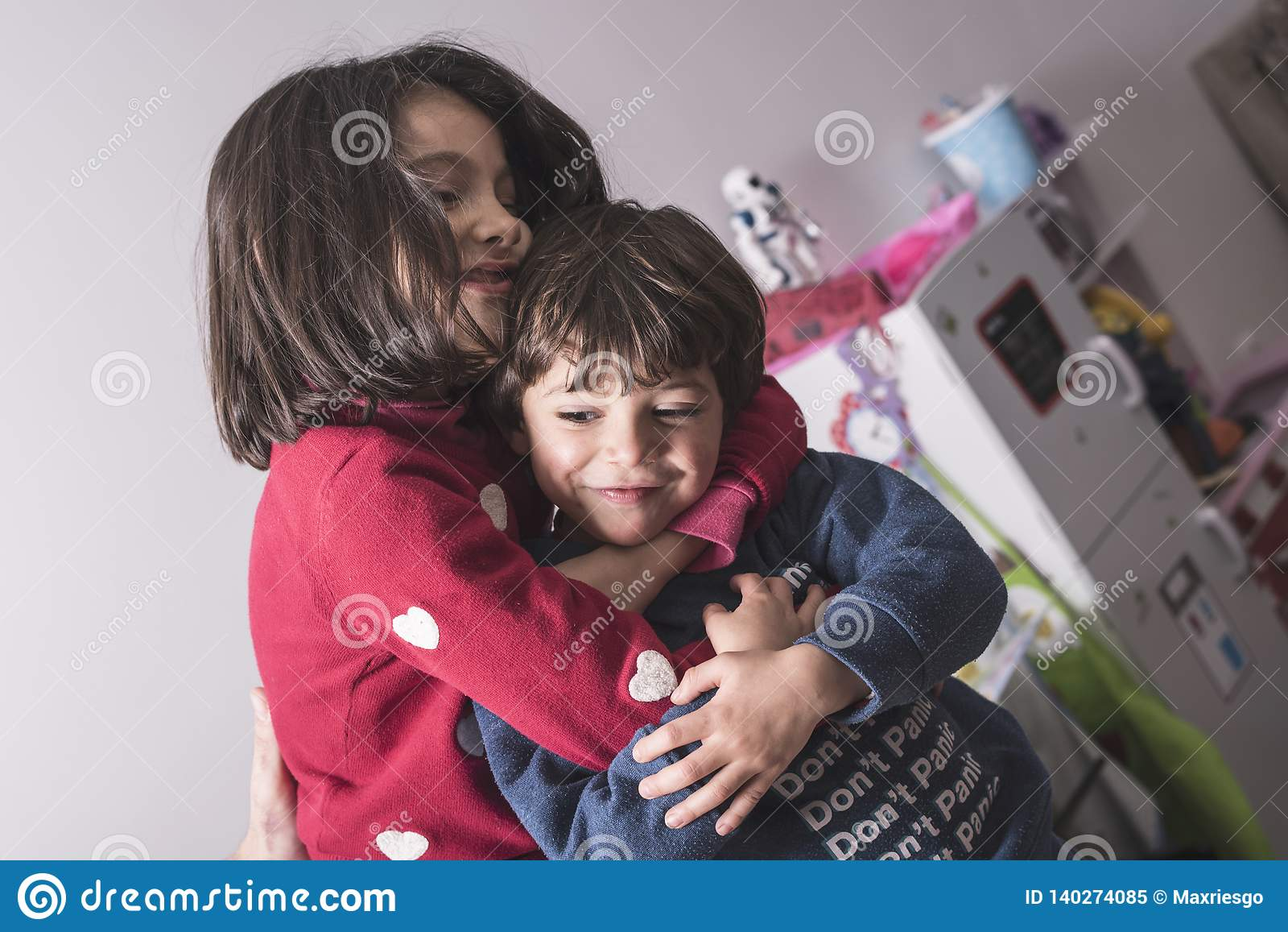 Brother y hermana en gran abrazo en imagen de la forma de vida