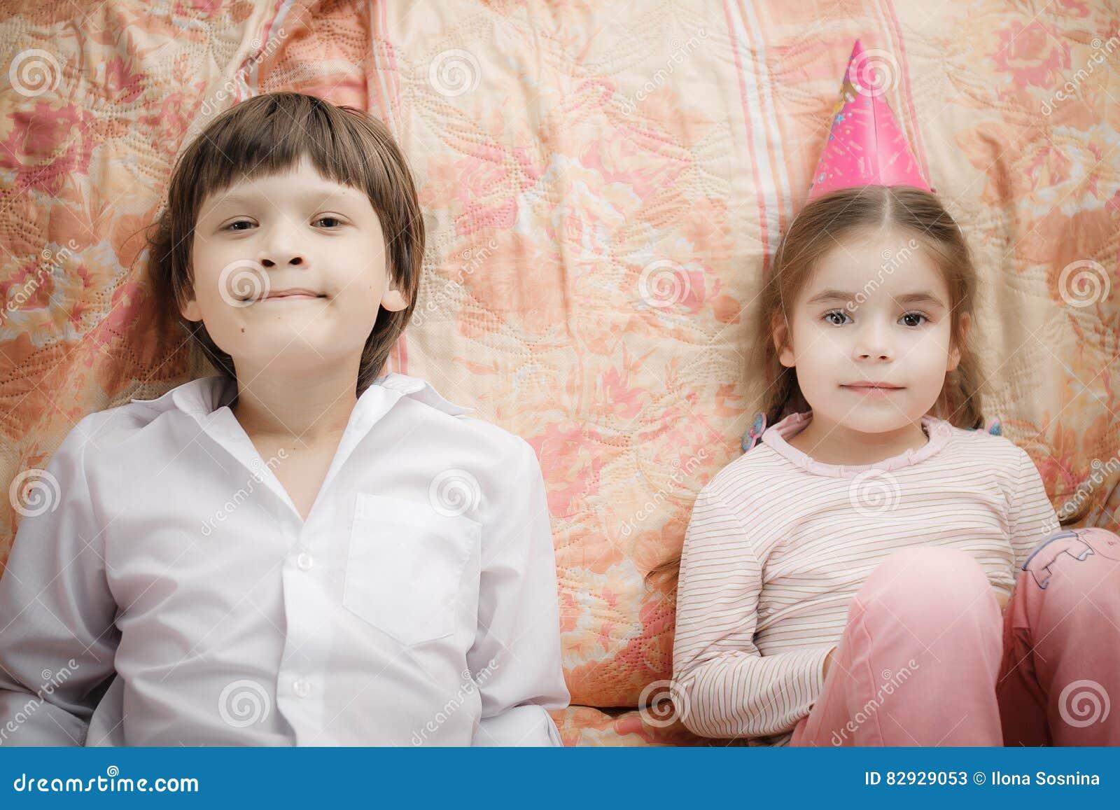 Brother y hermana que se sientan en casa