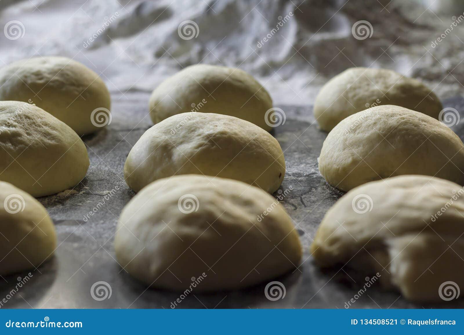 Brotteigbälle bereit zum Backen