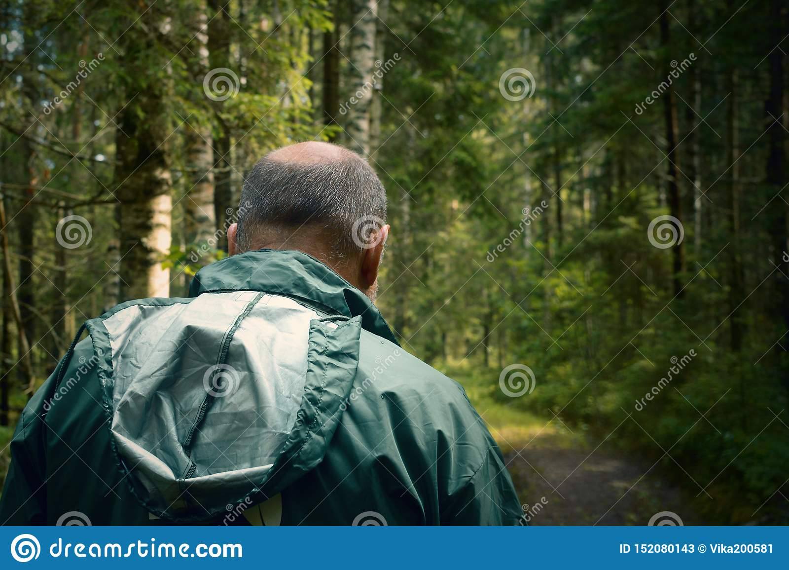 Brottsling och misstänkt person i skogen